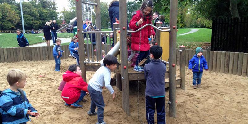 Casa Dublin, Meninos brincando no parque