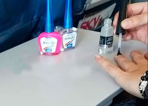 Passageira fazendo as unhas, passageiros inconvenientes