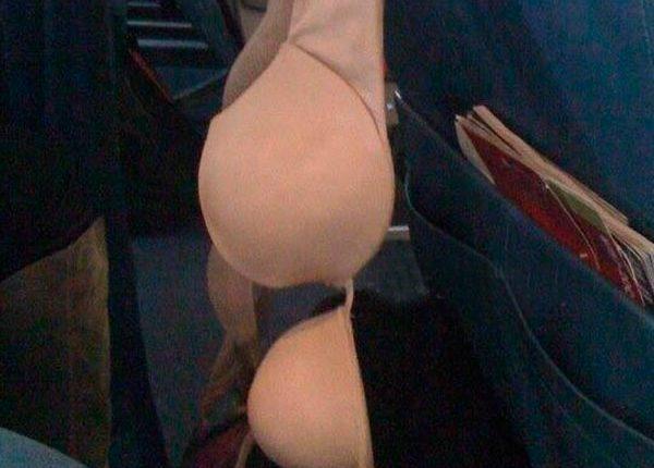 Sutiã pendurado no avião, passageiros inconvenientes
