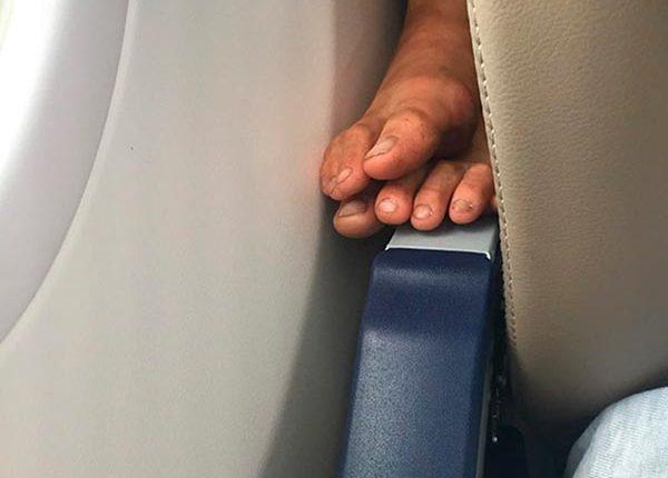 Unhas sujas na cadeira, passageiros inconvenientes