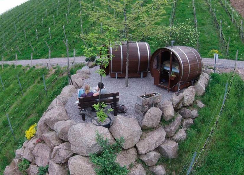 Estes barris já foram usados uma vez para fazer o vinho. Schlafen im Weinfass